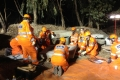 Using hydraulic ram to lift and lower heavy block